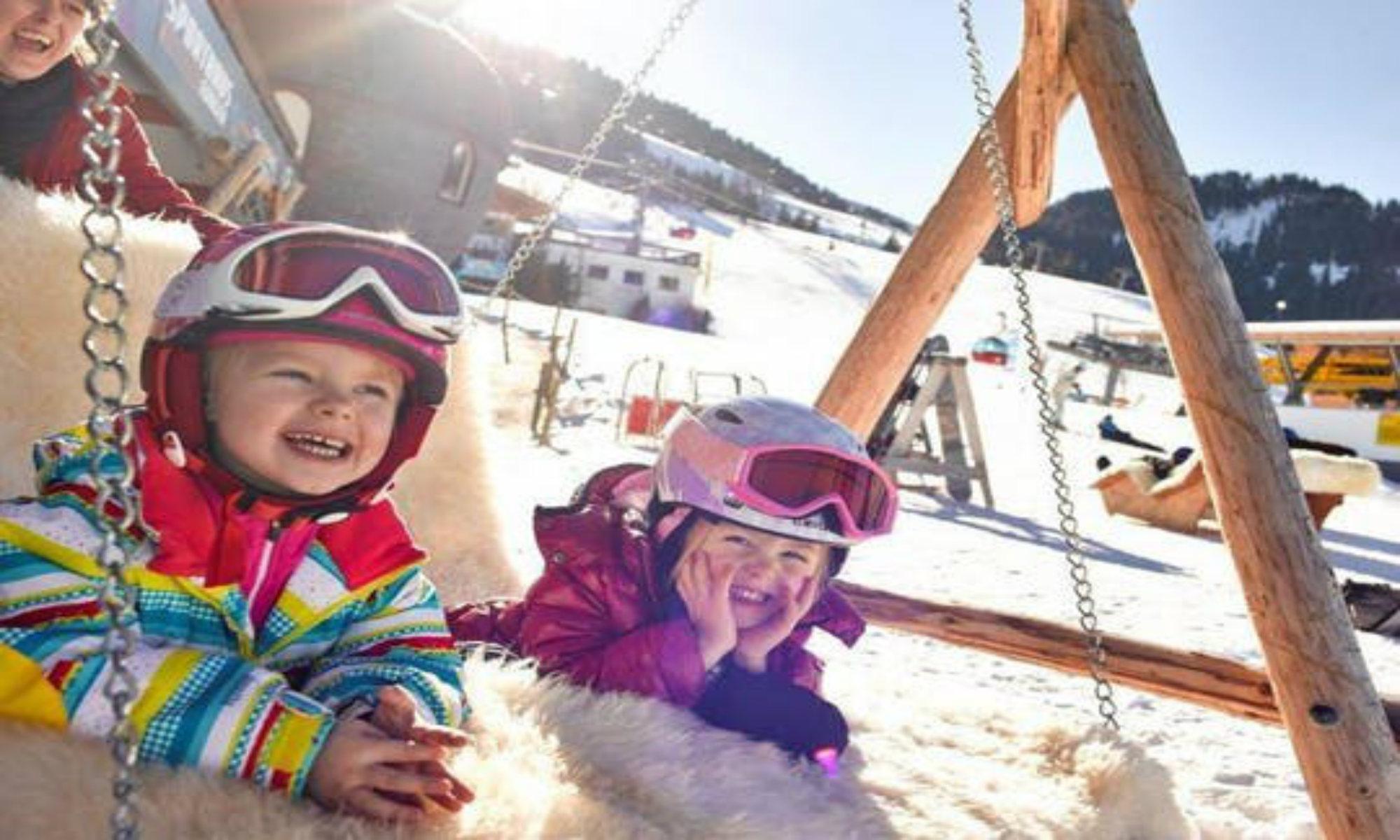 Twee kinderen genieten in de sneeuw in Gerlos.