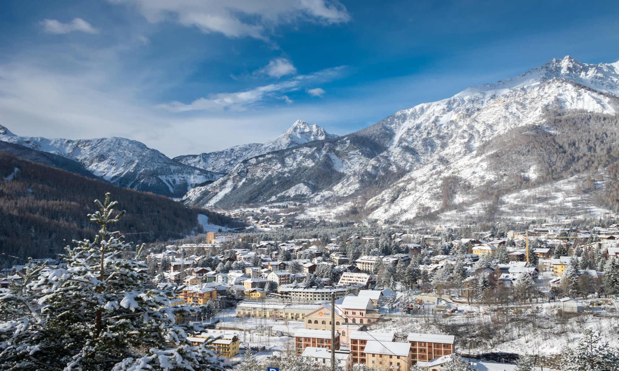 La città innevata di Bardonecchia situata al centro di una conca formata da montagne oltre i 3.000m di altitudine.