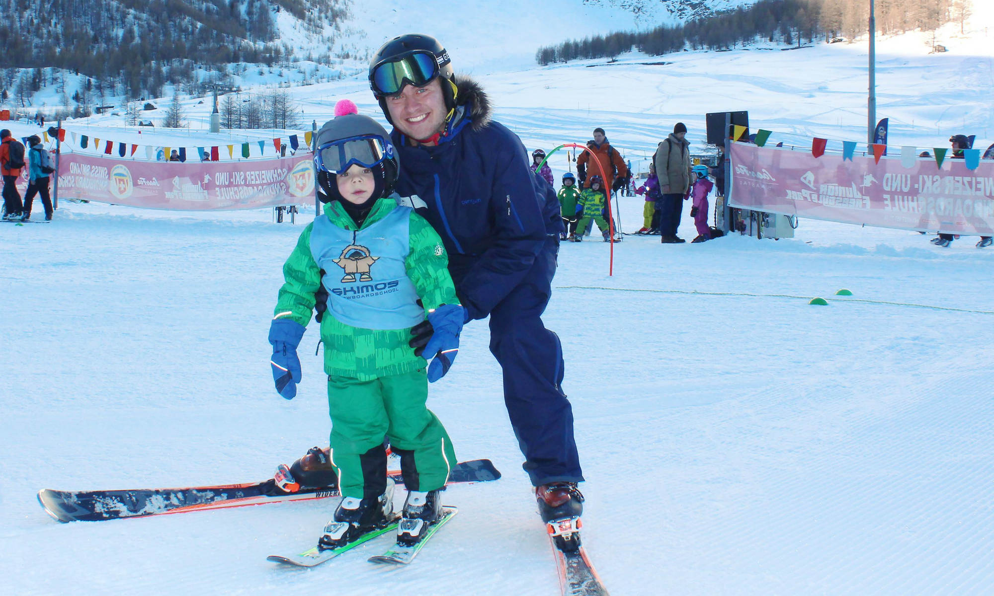 Ein privater Skilehrer der Skischulen in Saas-Fee übt die Skitechnik mit einem jungen Anfänger.