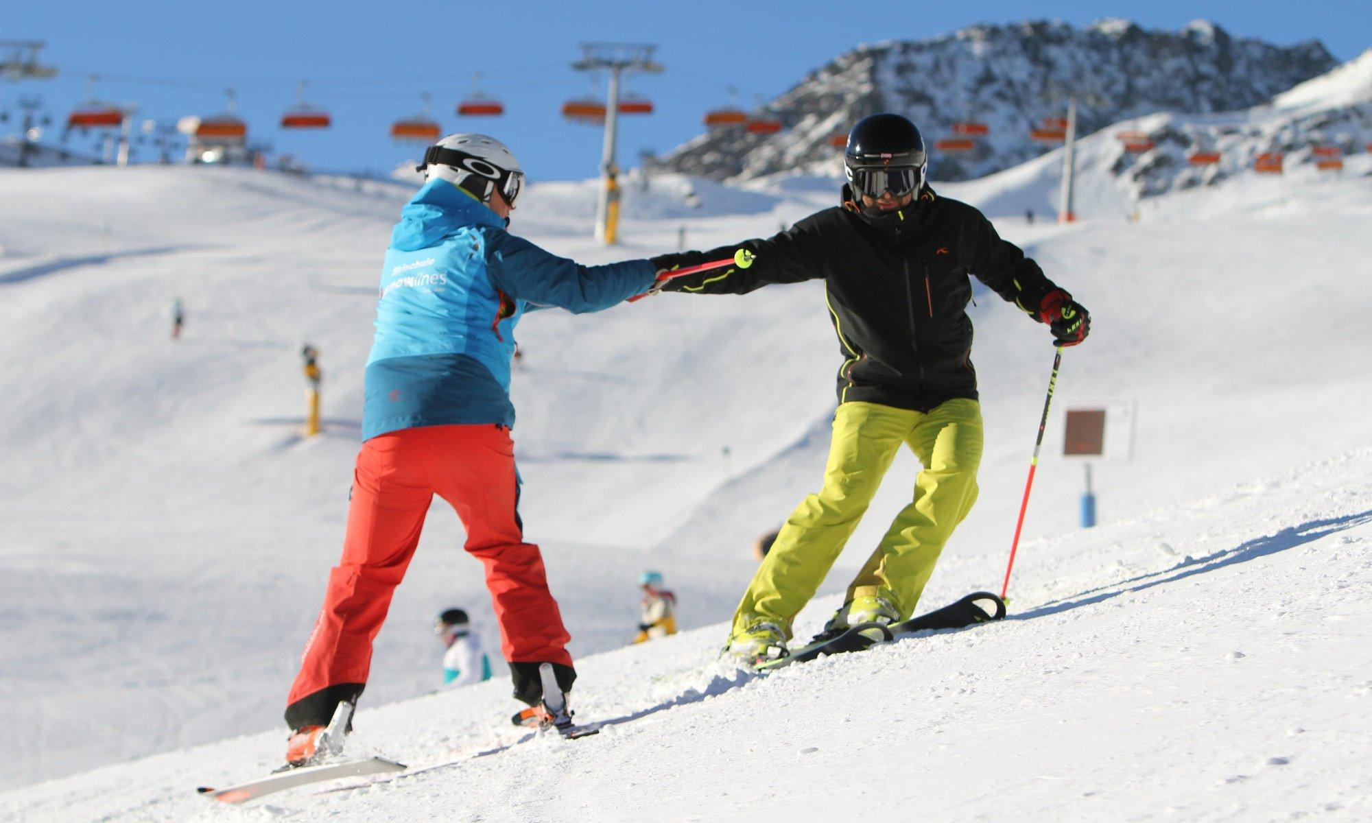 Ein Skilehrer übt mit einem Skikurs Teilnehmer das Aufkanten auf einer Skipiste in Sölden.