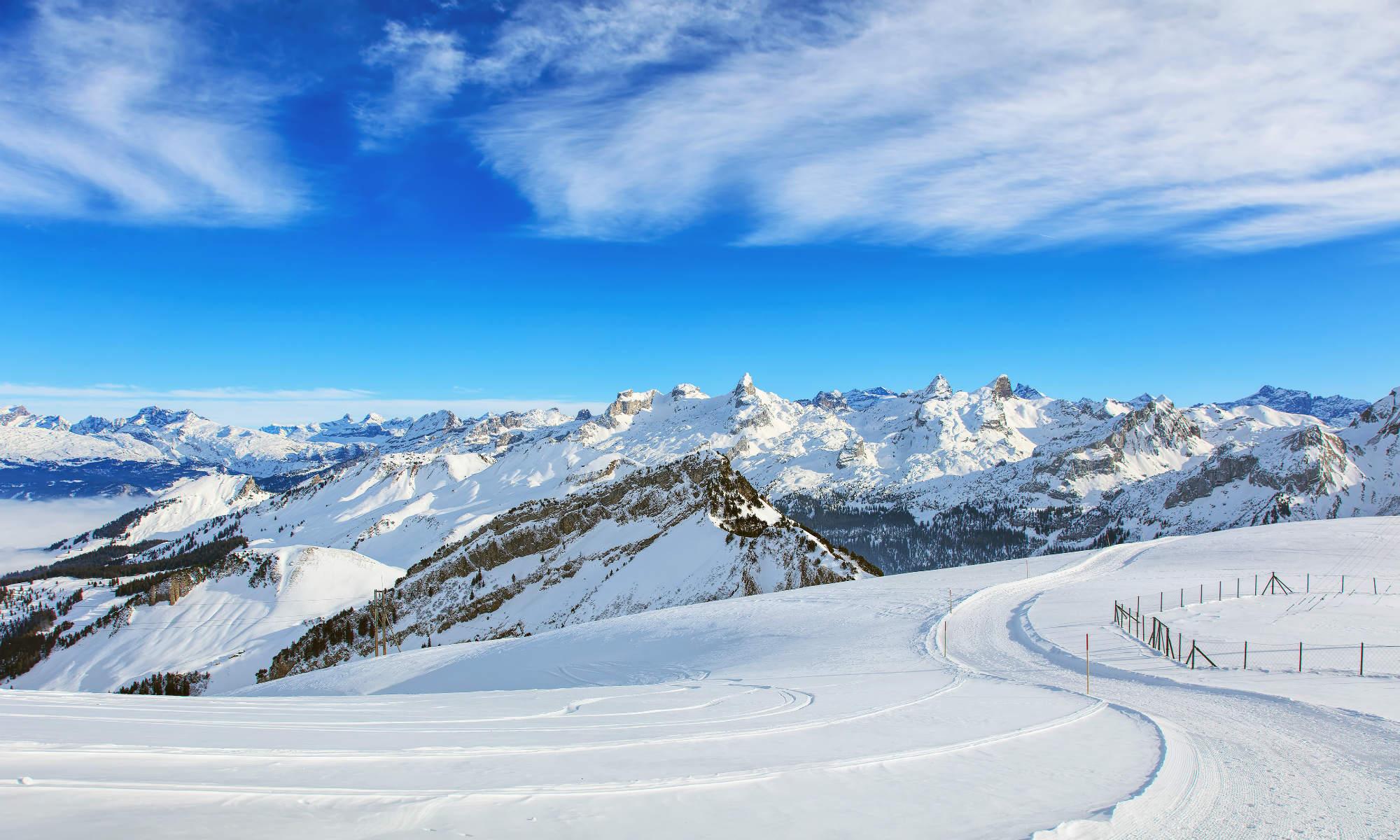 Ausblick auf eine schneebedeckte Berglandschaft in den Alpen.
