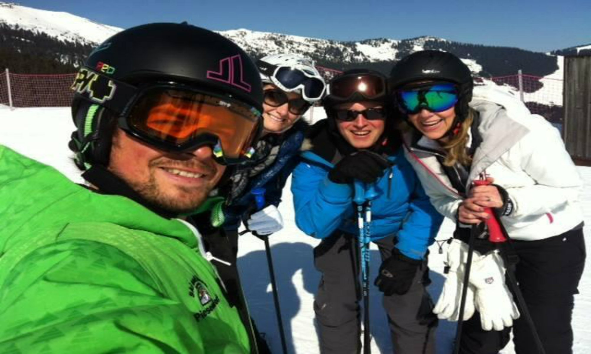 Een privéleraar maakt een selfie met zijn leerlingen in het skigebied van Zell am See.