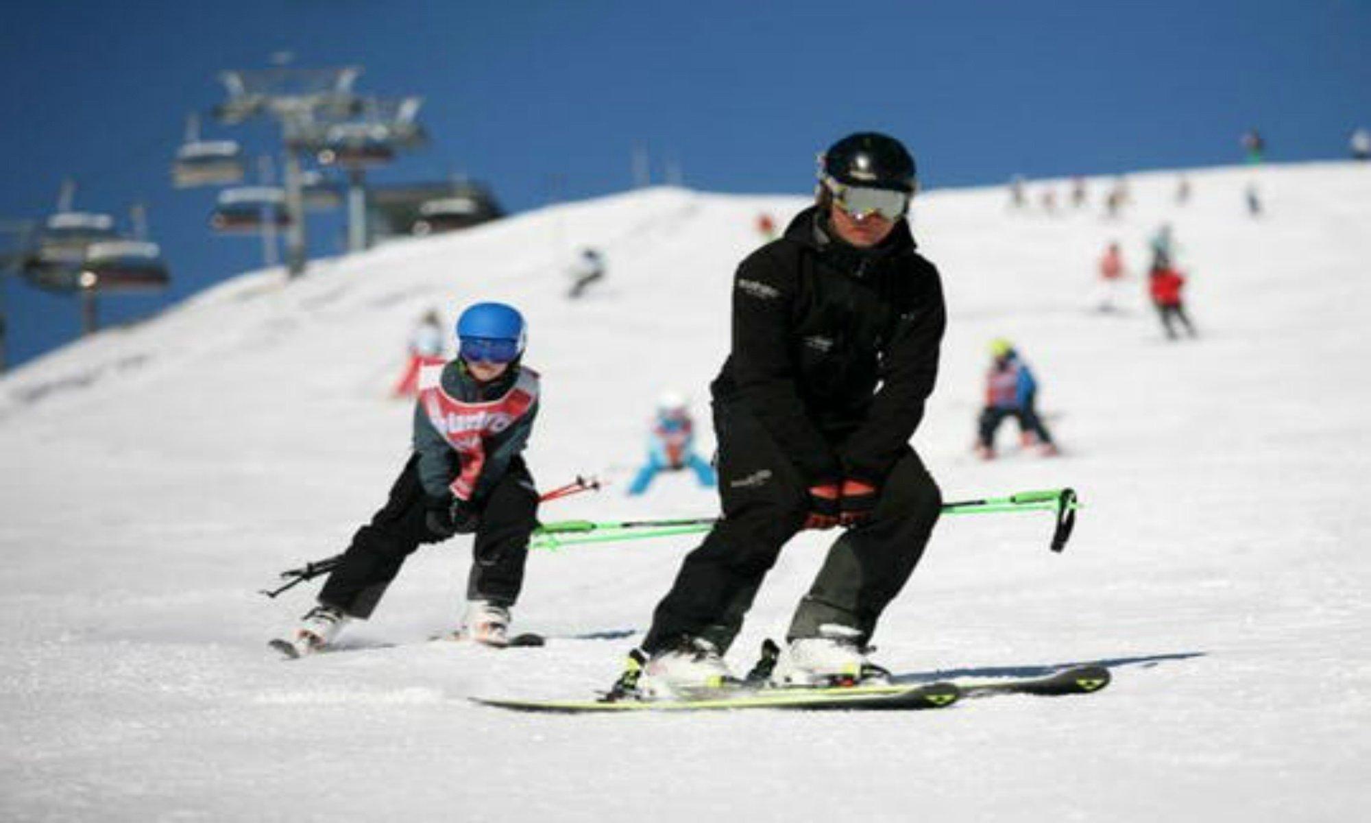 Een leerling volgt zijn skileraar op de piste van Zell am See.