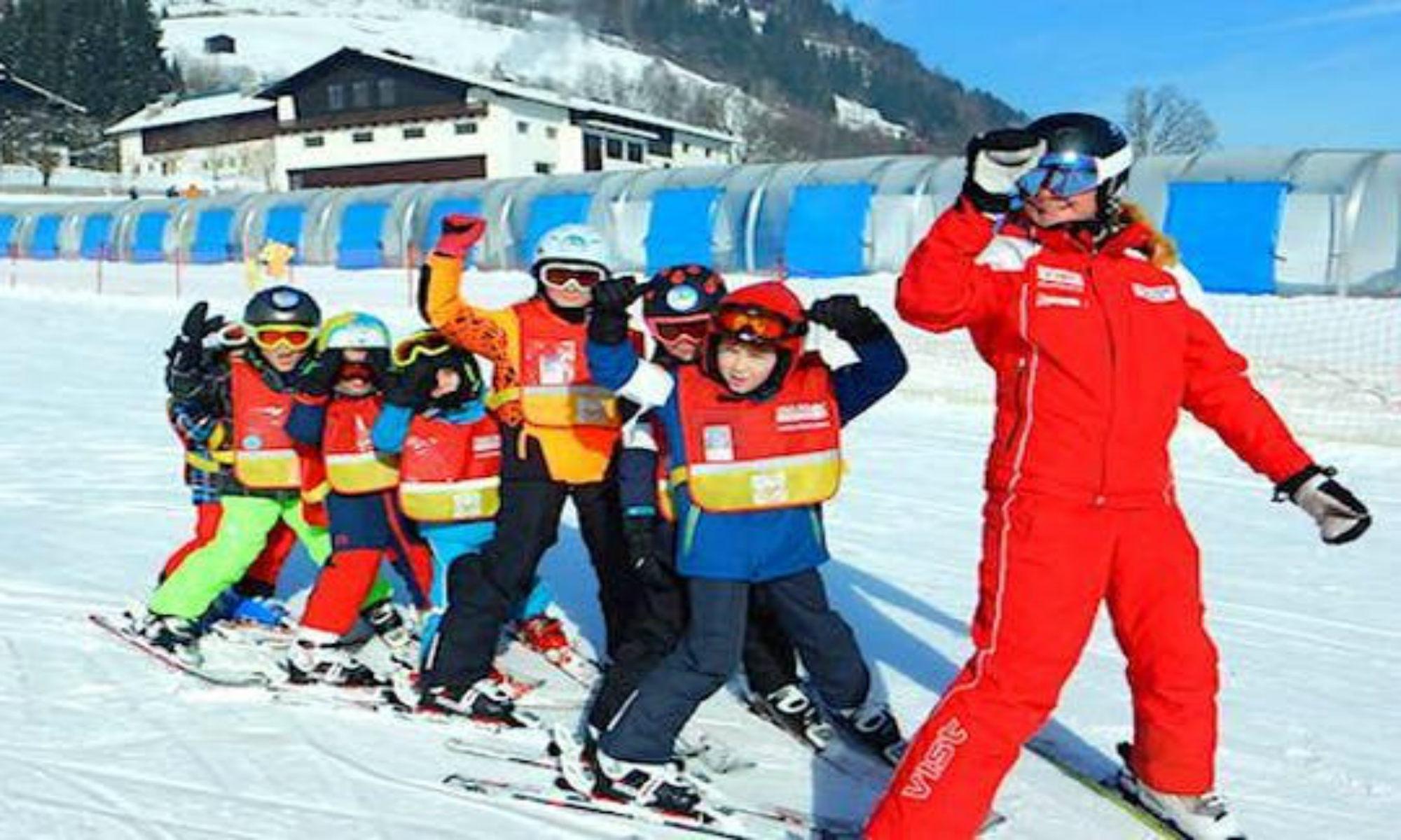 Een groepje leerlingen volgt hun skilerares tijdens een skiles met een van de skischolen in Zell am See.