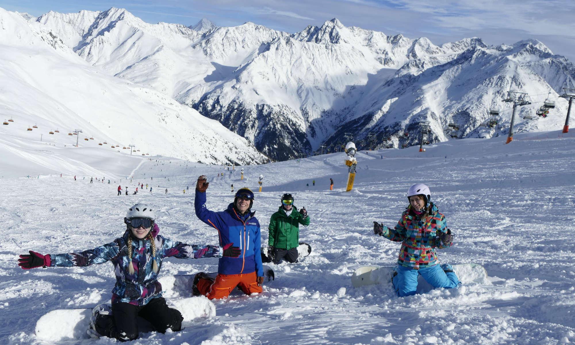 Eine Gruppe Jugendlicher lernt das Snowboarden im Snowboardkurs auf den Pisten im Skigebiet Sölden.