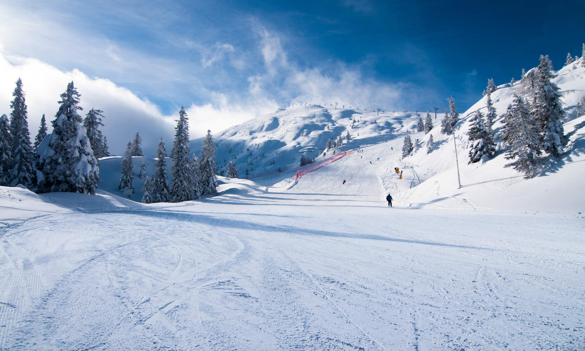 Un gruppo di sciatori solca le ampie piste di Andalo.
