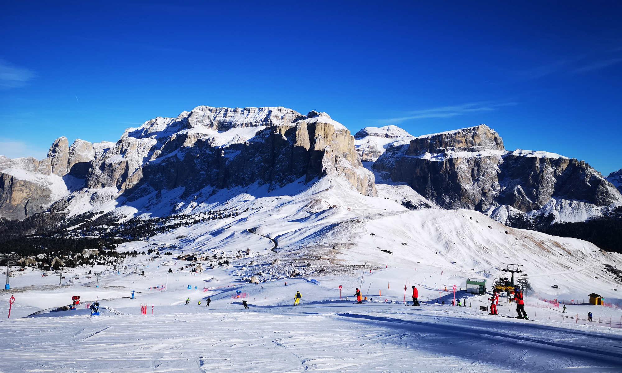 Gruppo di sciatori praticano lo sci ai piedi del massiccio del Sella.