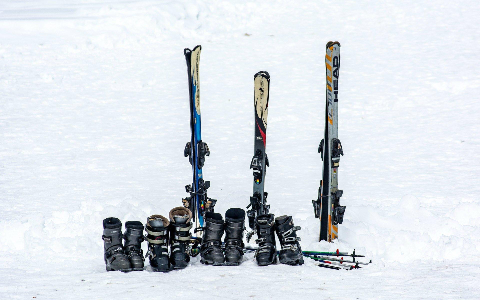 Blik op ski's, skischoenen en skistokken in de sneeuw.