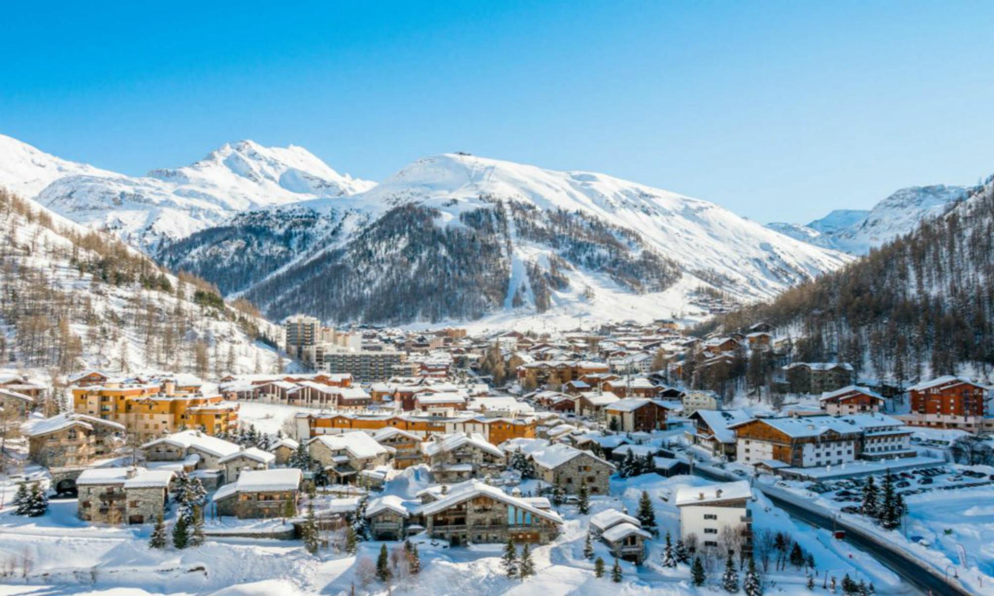Vue ensoleillée sur la station de ski de Val d'Isère et la face de Bellevarde.