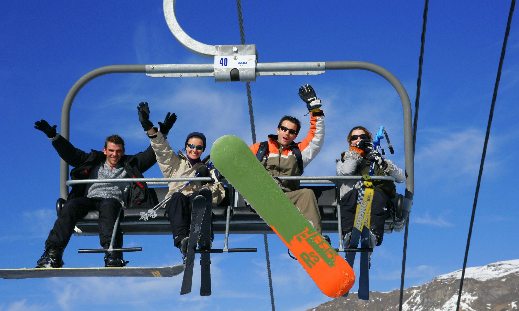 Un groupe d'amis tout sourire sur un télésiège à Font Romeu.