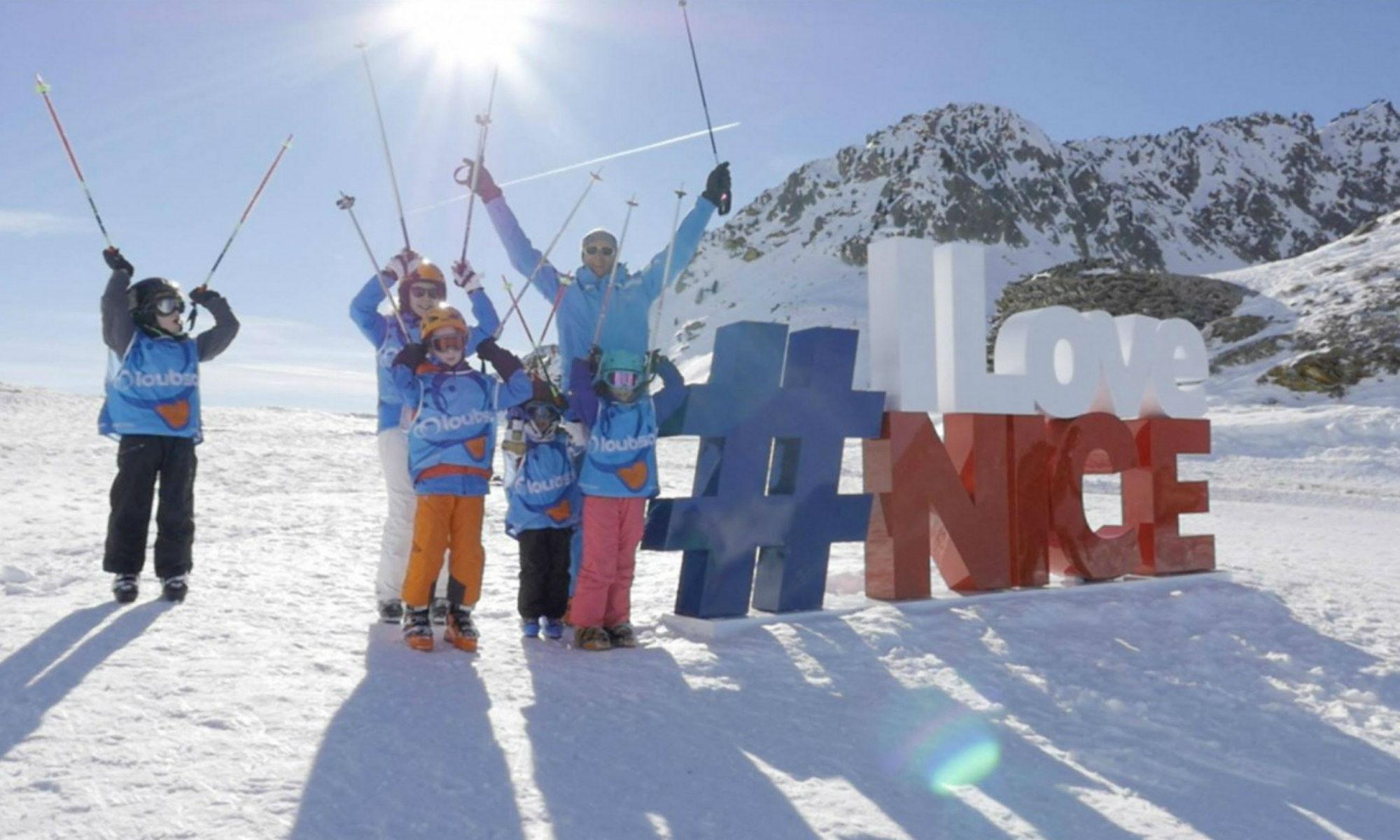 À Isola 2000, un moniteur de ski et ses élèves posent à côté du symbole I Love Nice.