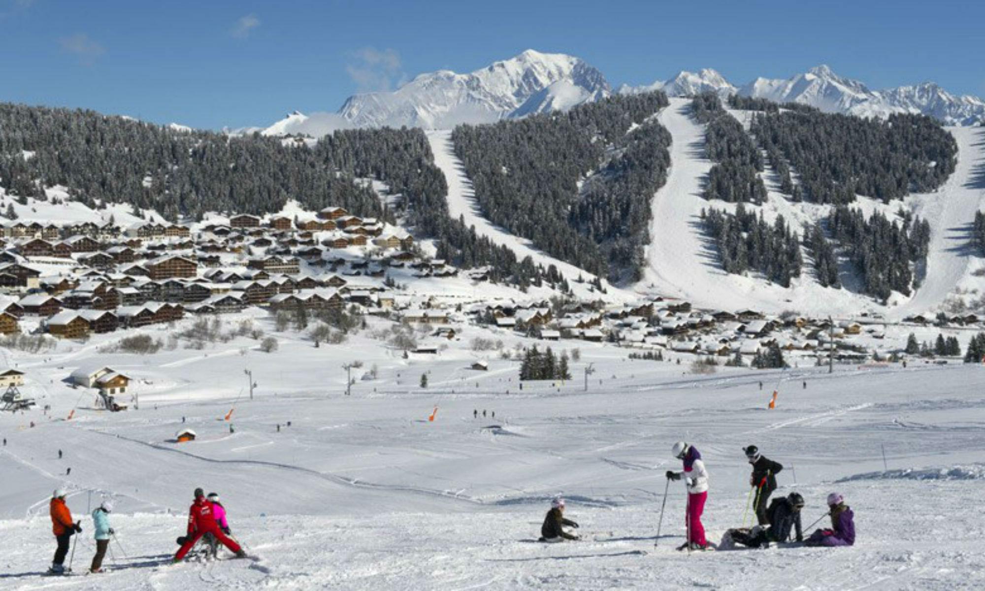 Vue sur la station de ski Les Saisies et le Mont Blanc.