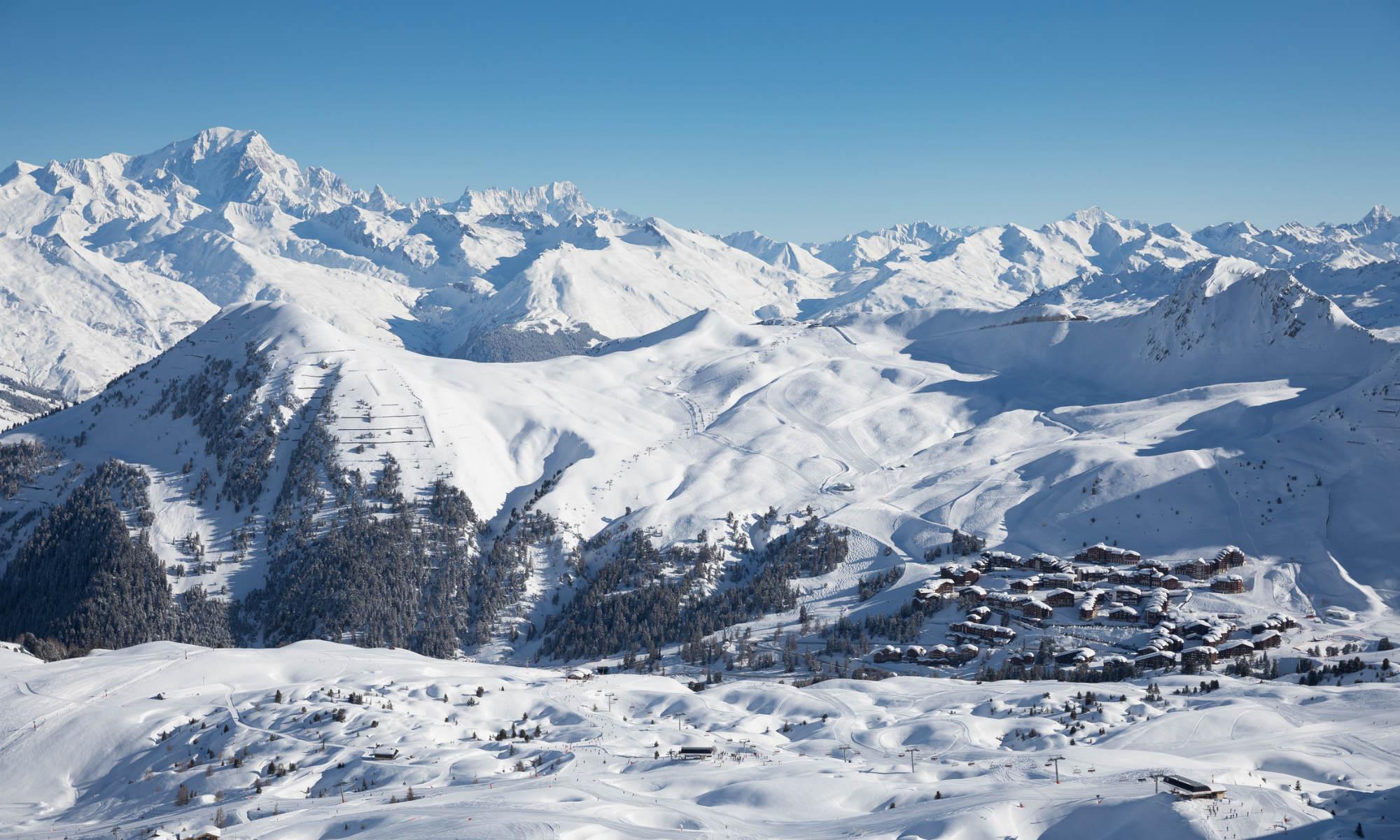 Panorama sur la station de La Plagne et le Mont Blanc.