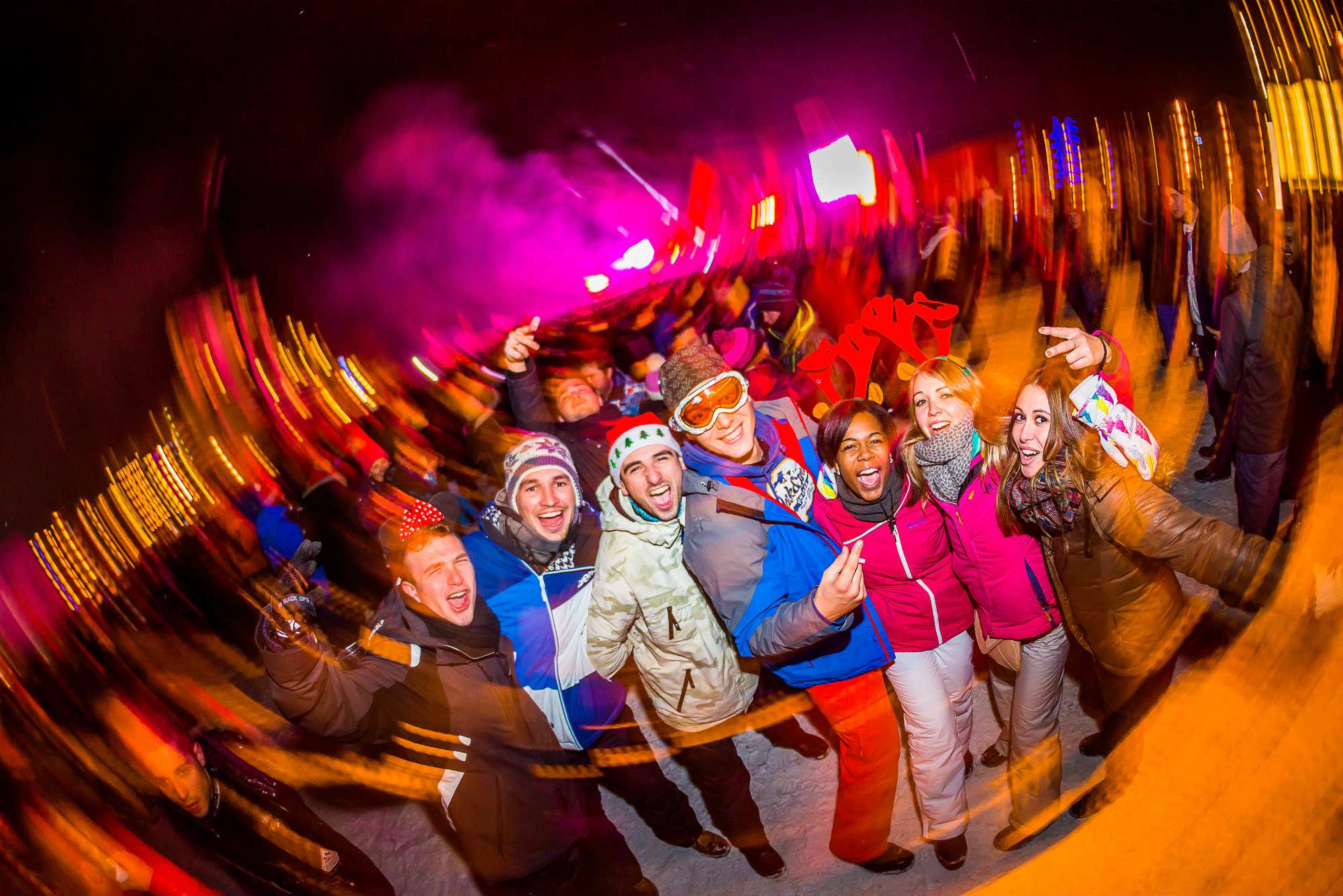 Un groupe d'amis lors du réveillon en plein air à Tignes.