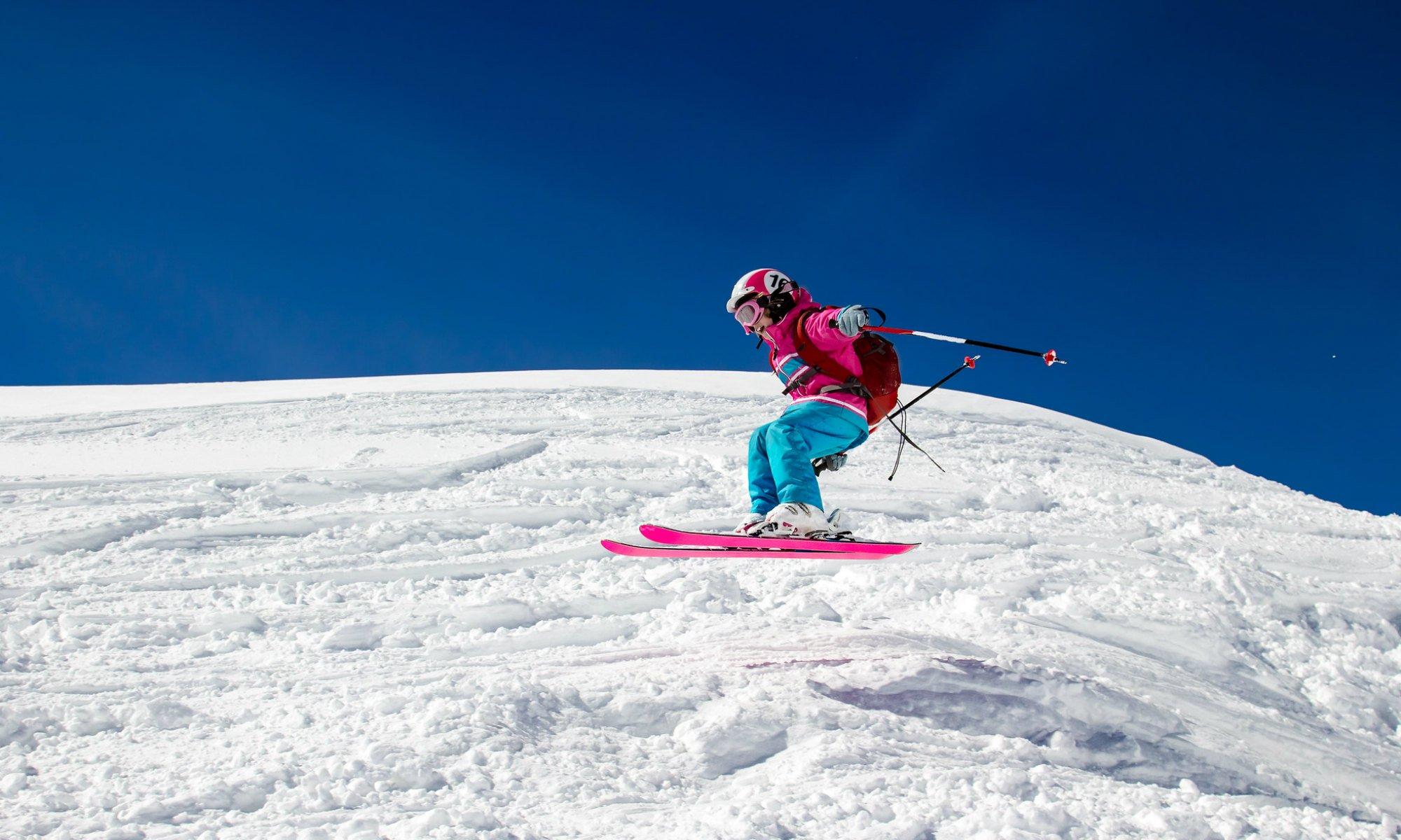 Une jeune ado effectue un saut lors d'un cours de ski hors piste aux Arcs.