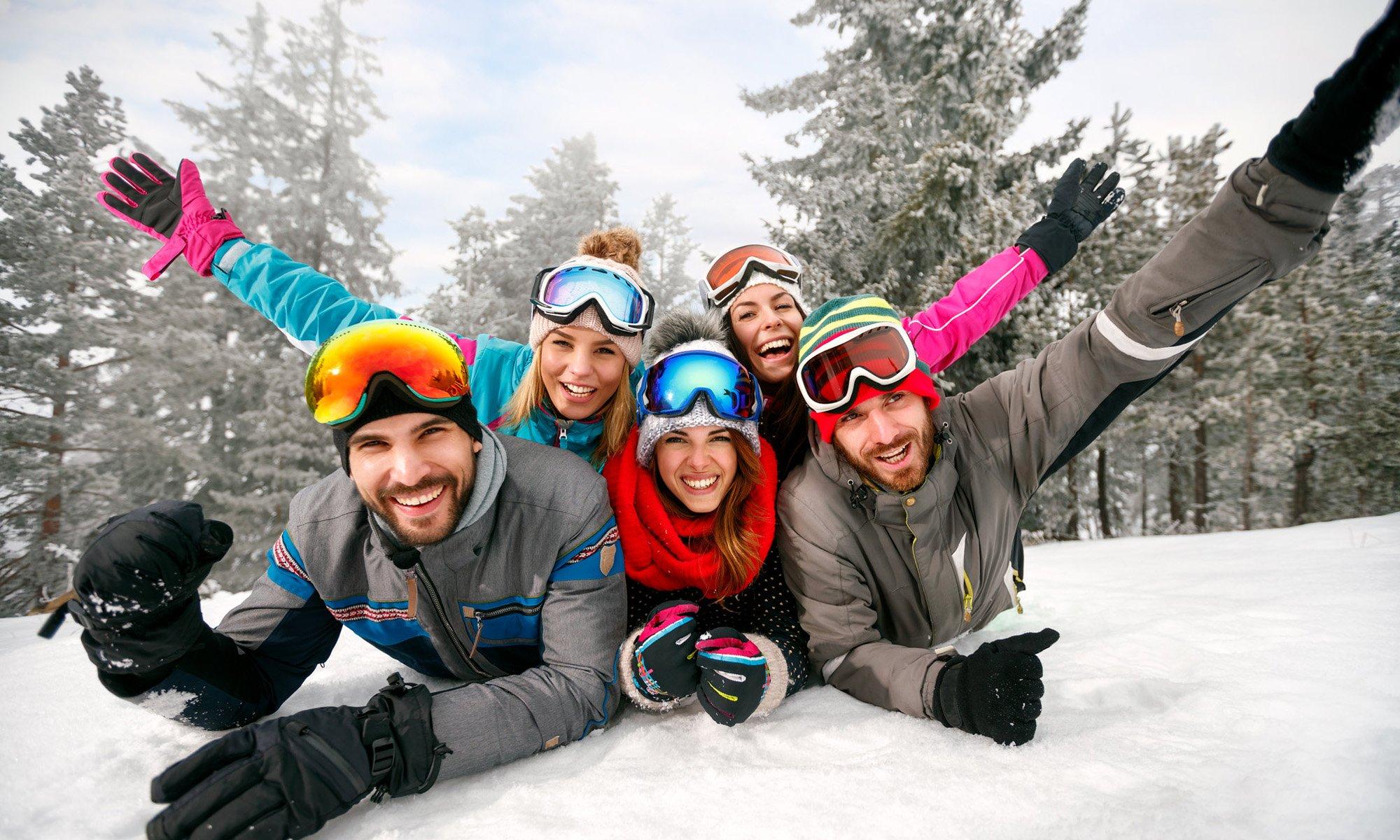 Een groep vrienden in de sneeuw.