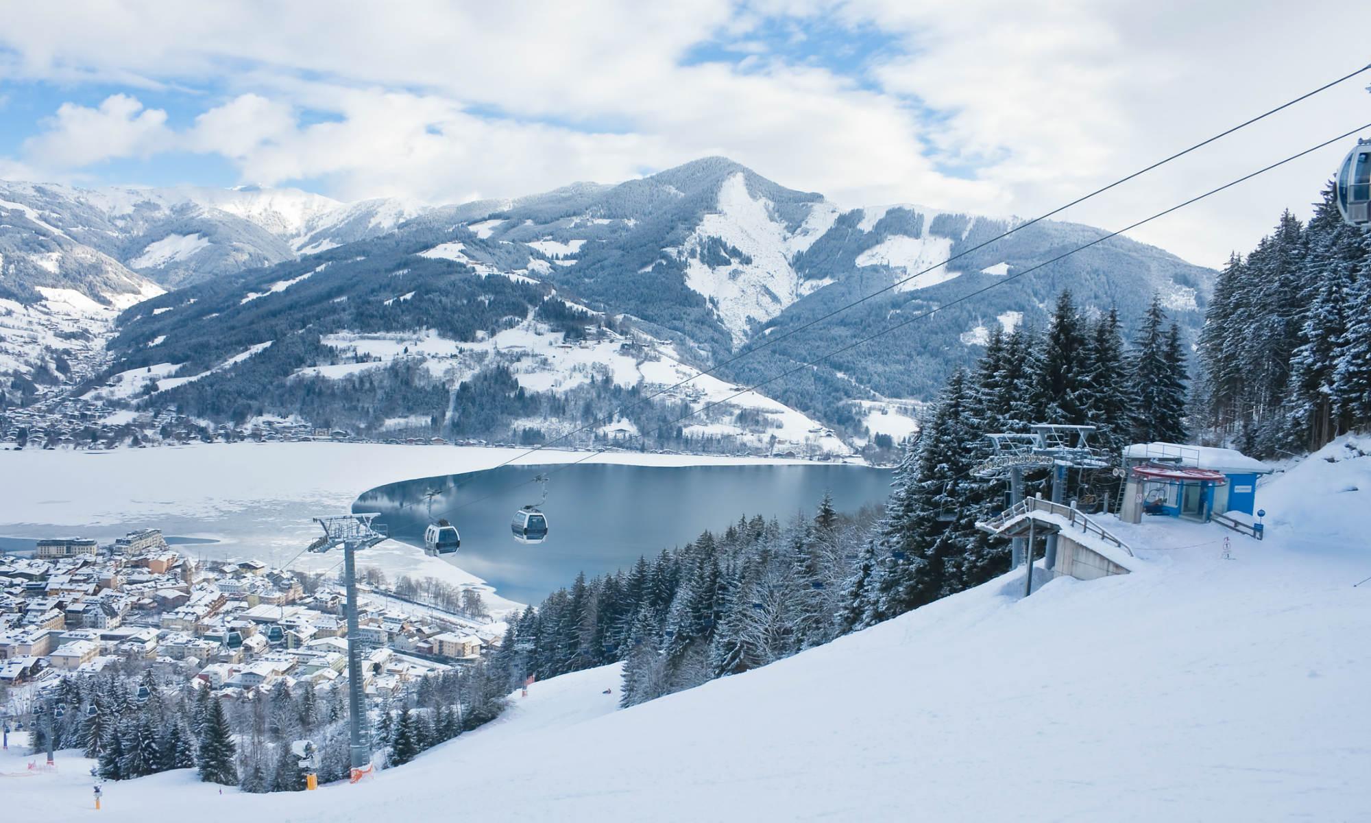 Blik vanaf de witte piste van Zell am See op de omringende bergen en de Zeller See.