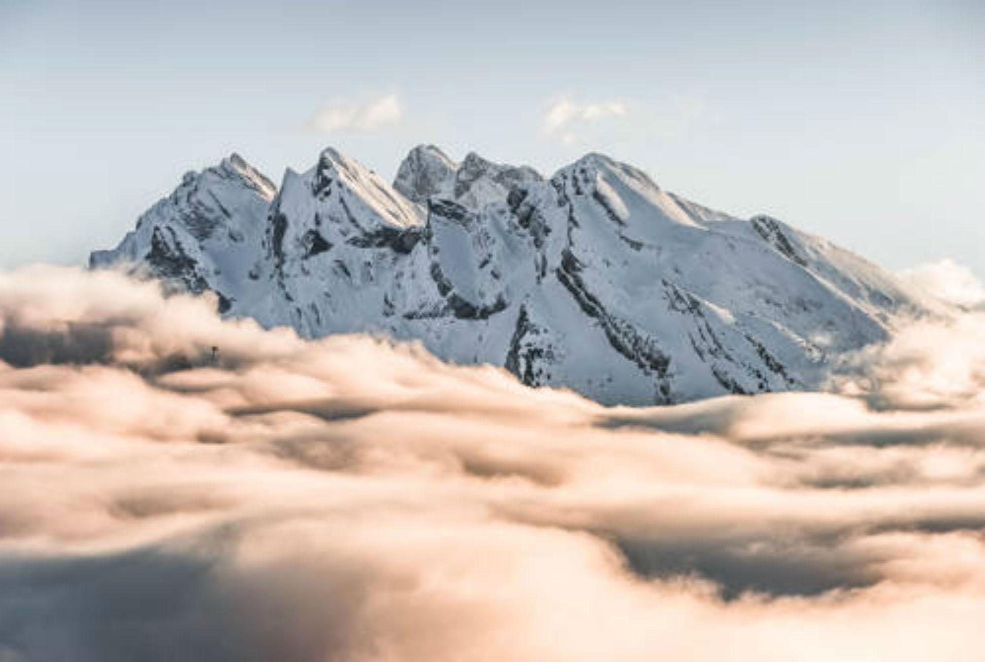 Vue sur le Massif de l'Étale entouré d'une mer de nuages.