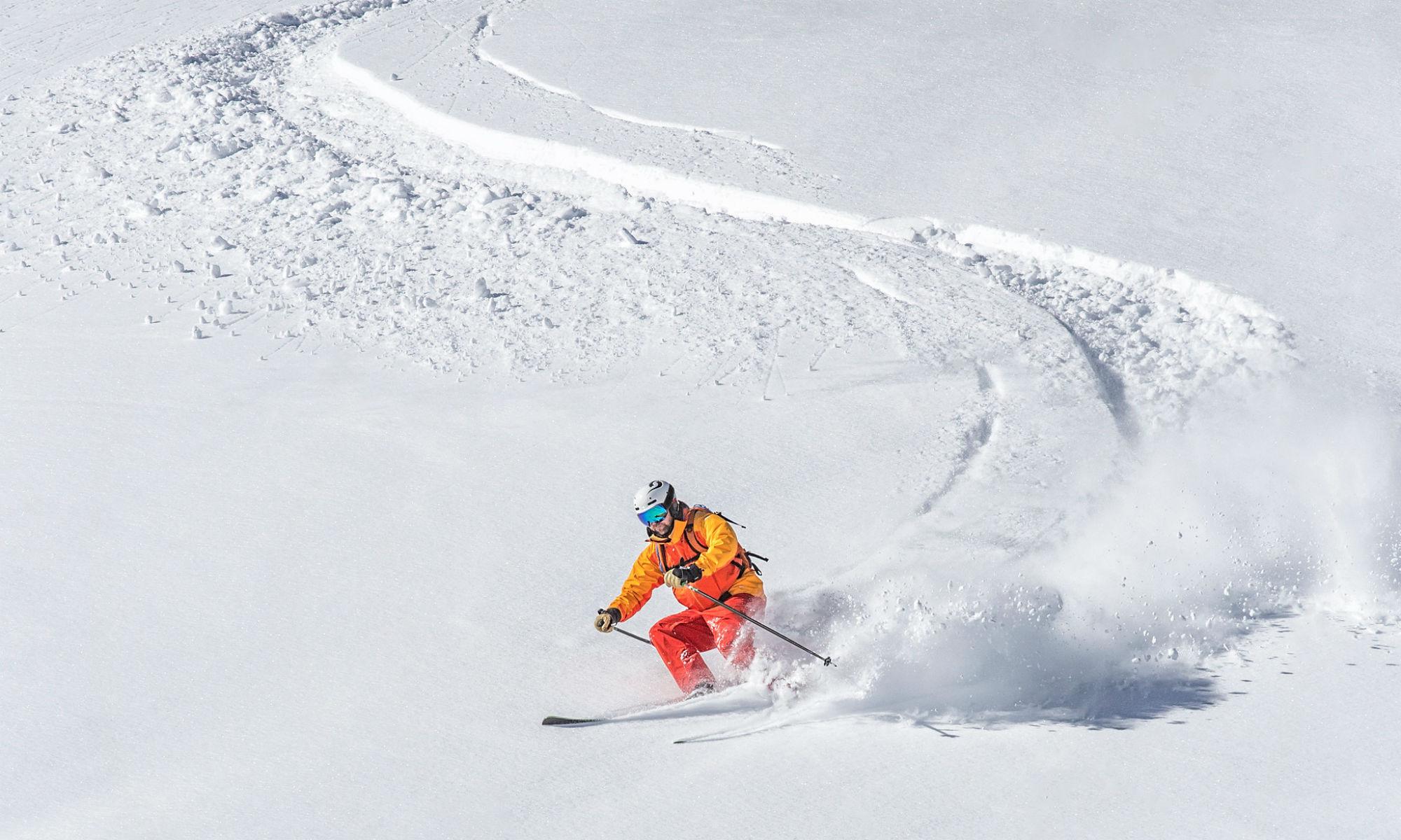 Un skieur fait du freeride dans la poudreuse de Val d'Isère.