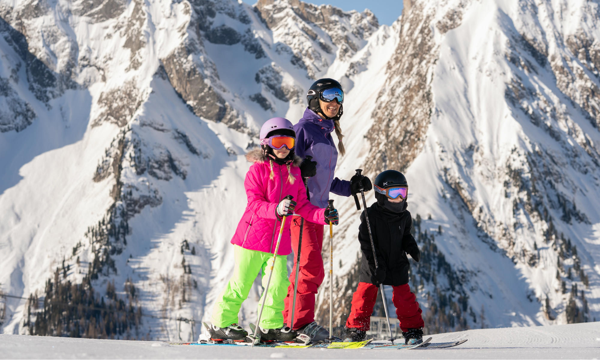 Een moeder en twee kinderen in het skigebied van Mayrhofen.