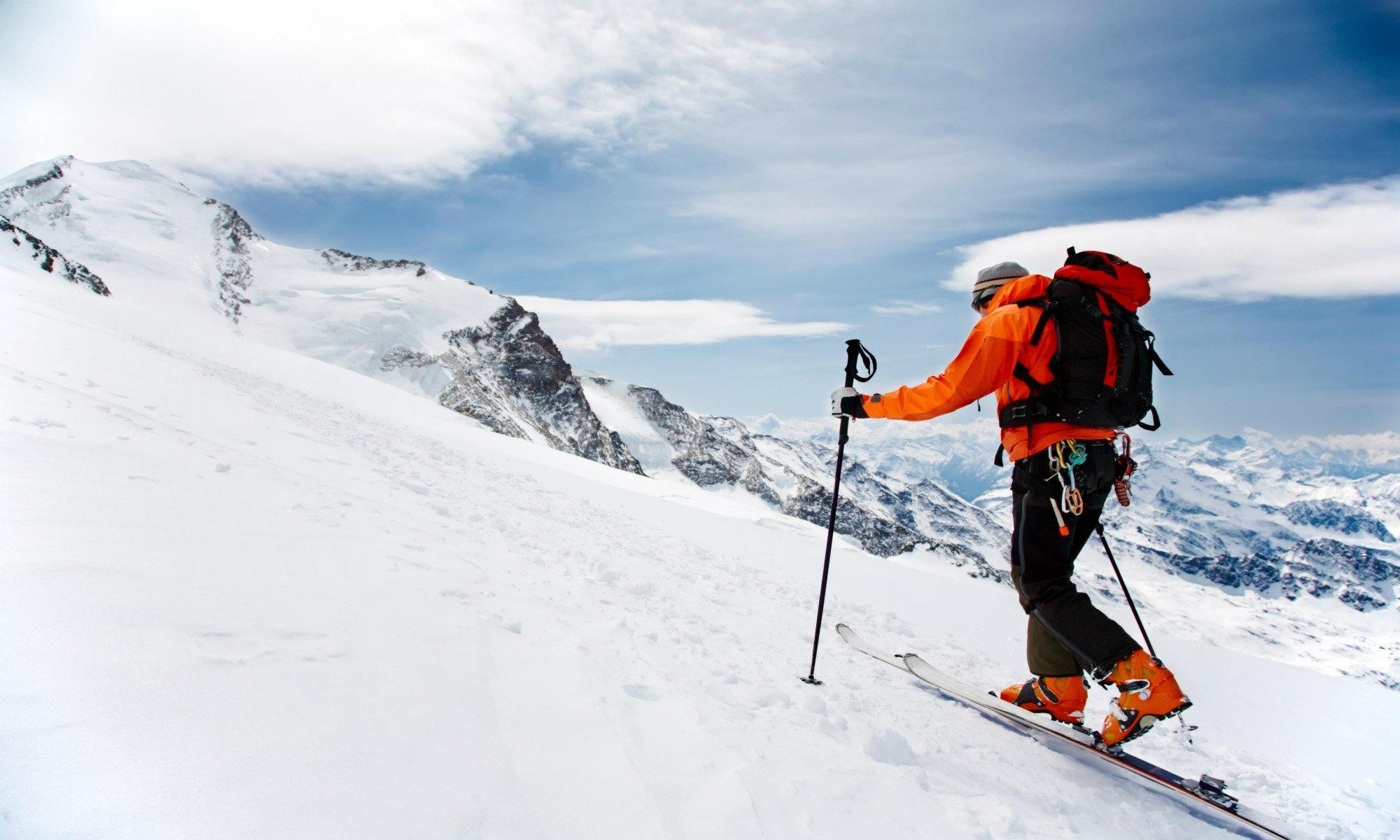 Een toerskiër beklimt een berg in het skigebied van Gerlos.