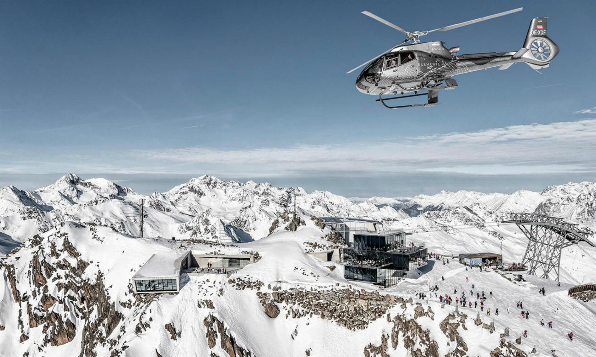 Panoramablick über das Gipfelrestaurant Ice Q und die Berggipfel Söldens.