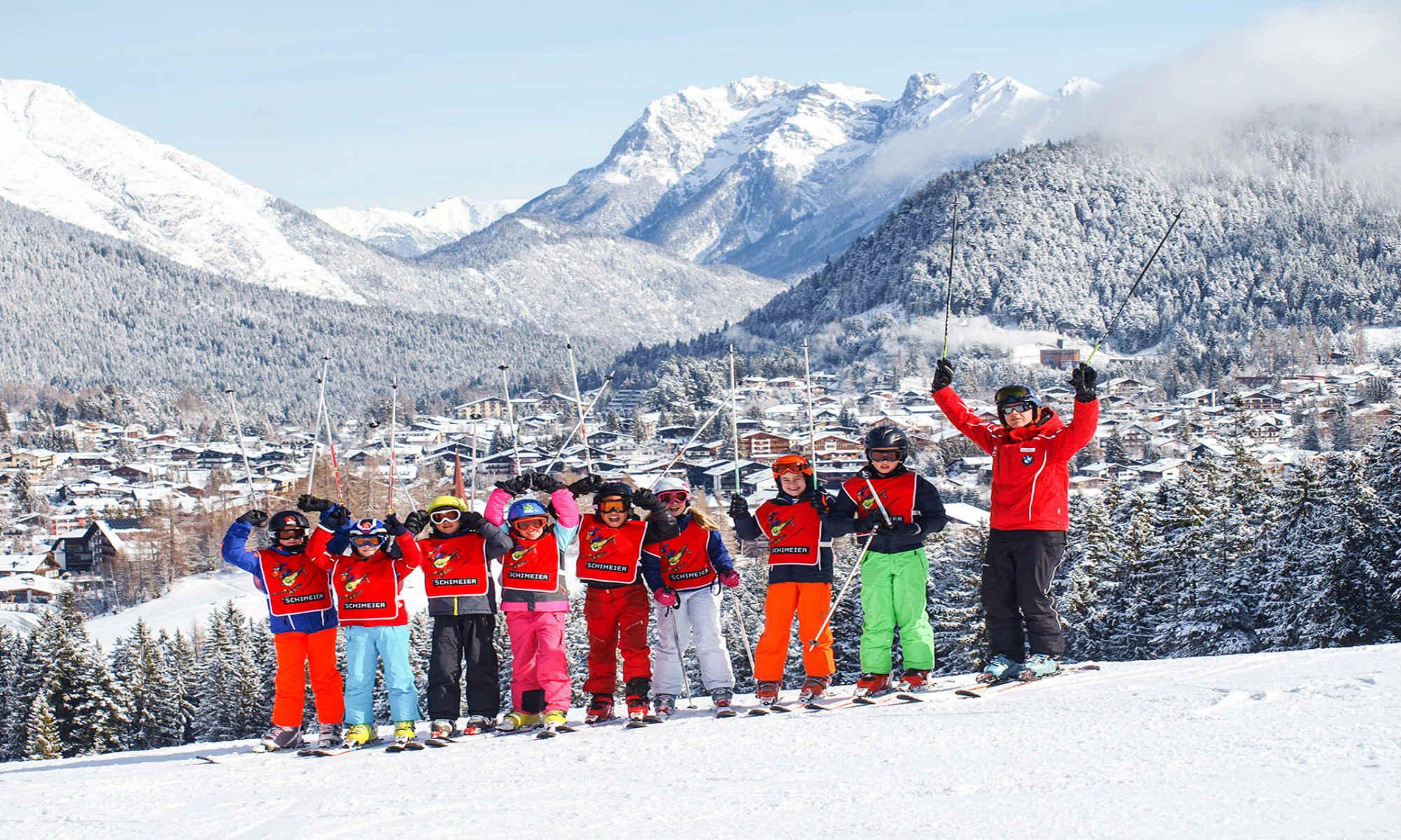 Een skileraar en zijn leerlingen poseren voor een foto in het skigebied van Seefeld.