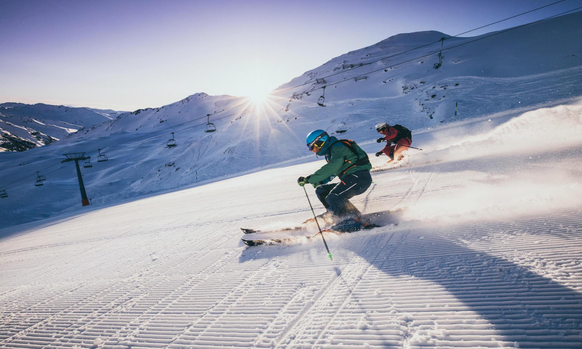 Twee skiërs tijdens een afdaling in de Zillertal Arena.