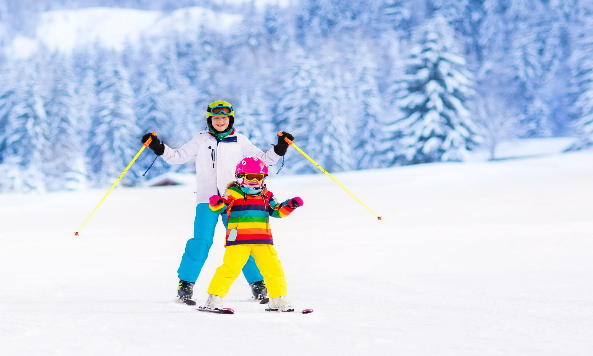 Twee jonge skiërs genieten van hun skilessen in Winterberg.