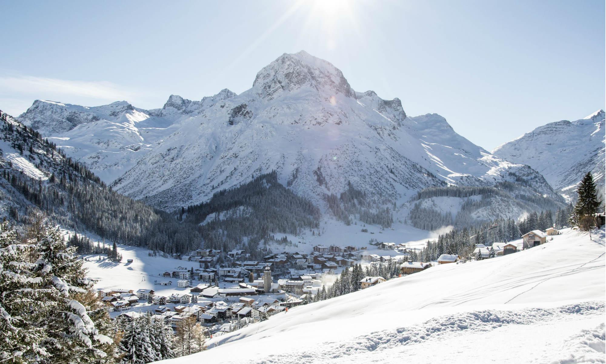 Blick auf den Nobelskiort Lech am Arlberg mit dem Omeshorn im Hintergrund.