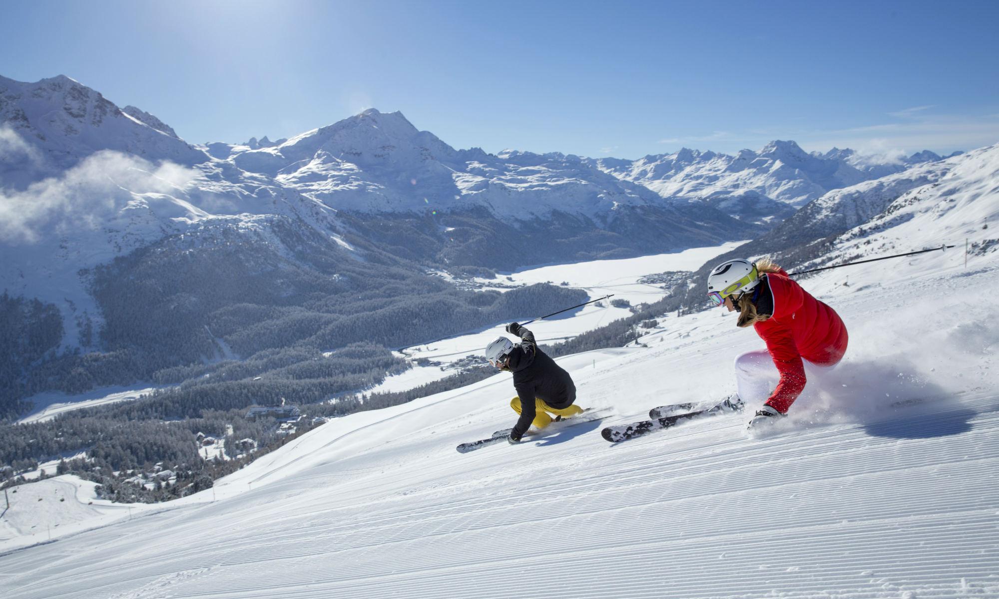 Ein Skikurs Teilnehmer mit privatem Skilehrer auf der Corviglia in St. Moritz.