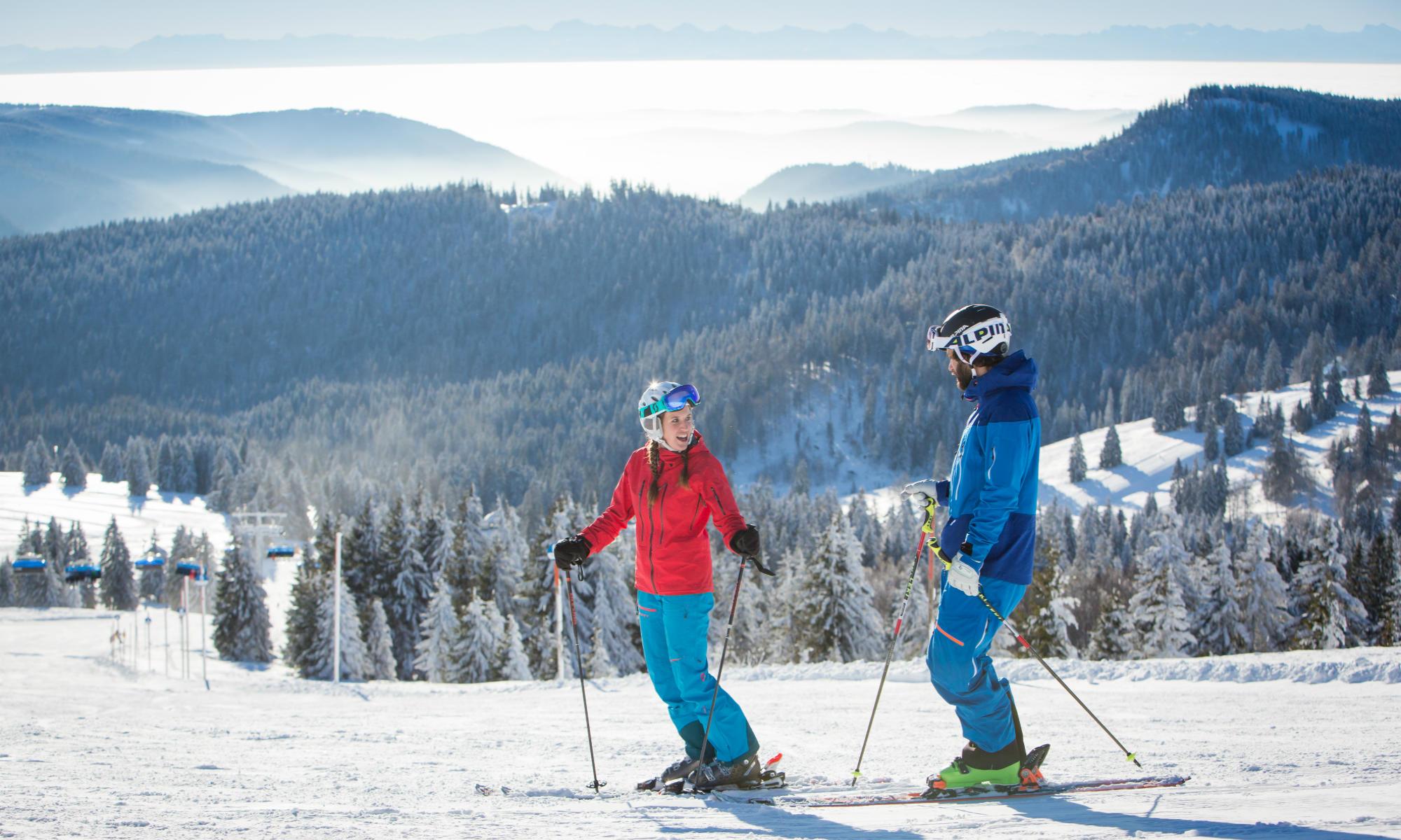 Twee skiërs nemen een korte pauze op de piste van Feldberg.
