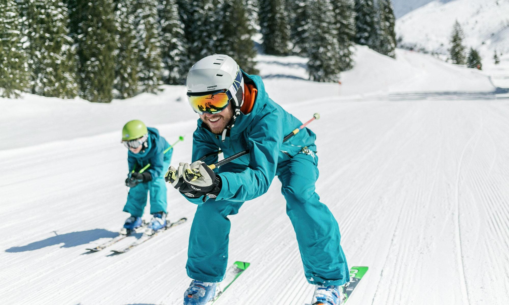 Een skileraar en zijn leerling maken een afdaling in het skigebied van Oberstdorf.
