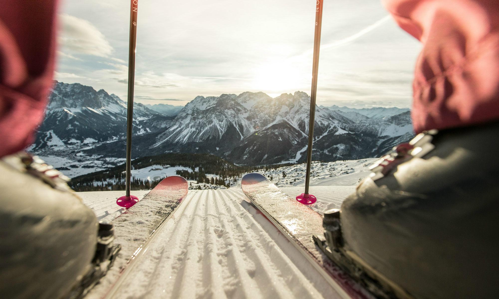 Een skiër op de piste van Lermoos geniet van een prachtig berglandschap.