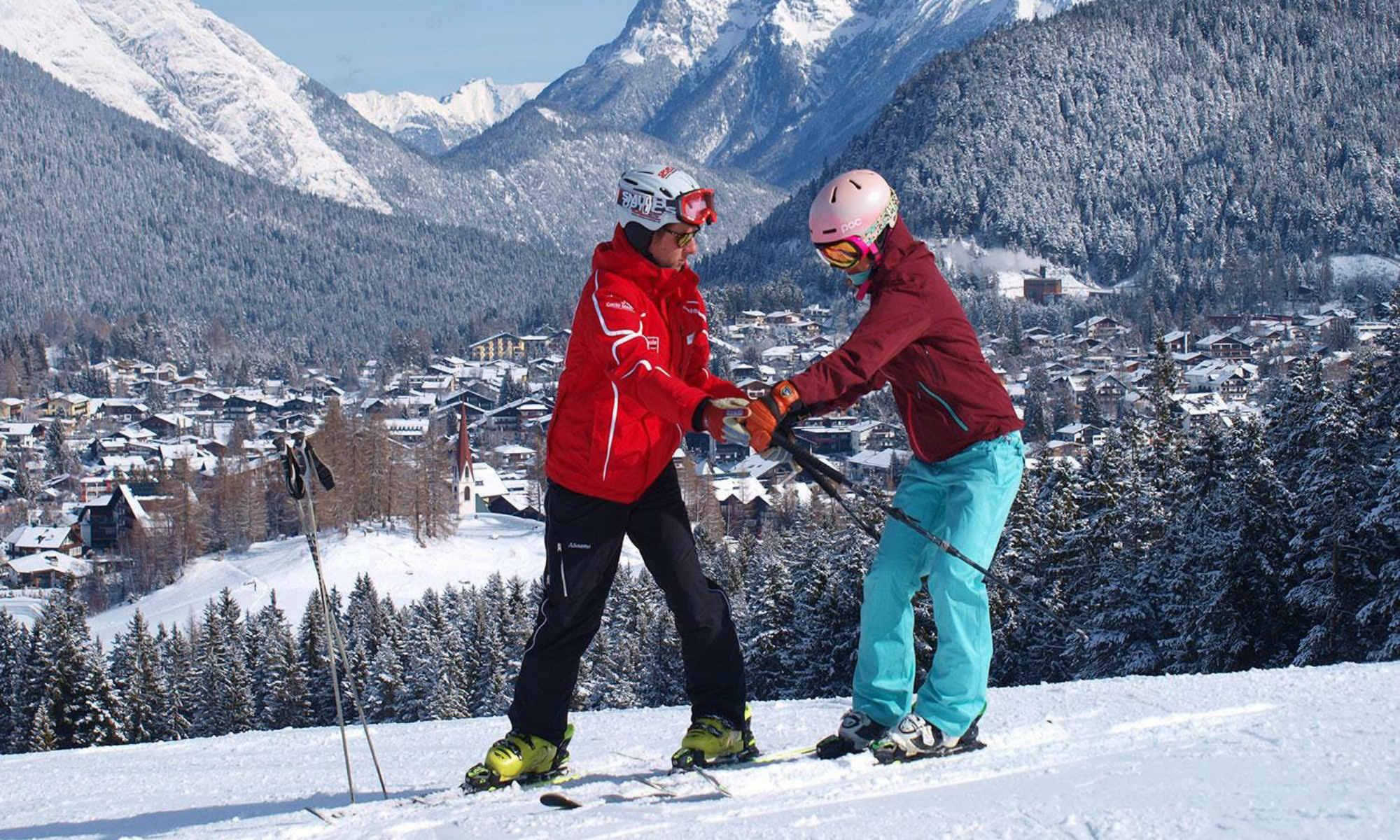 Een skileraar en zijn leerling tijdens een privéles in het skigebied van Seefeld.
