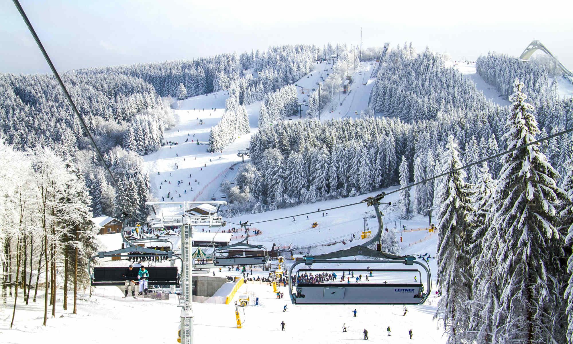 Tijdens de wintersport in Duitsland hebben skiërs een prachtig uitzicht op een winters landschap vanuit de skilift in Winterberg.