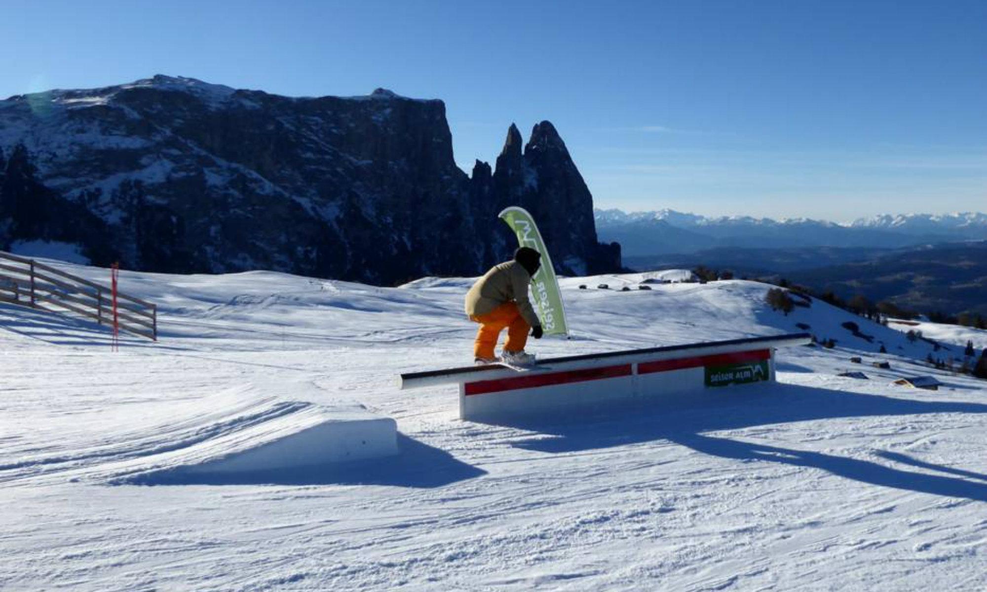 Un rider si allena con la sua tavola da snowboard su uno degli ostacoli offerti dallo Snowpark Alpe di Siusi.
