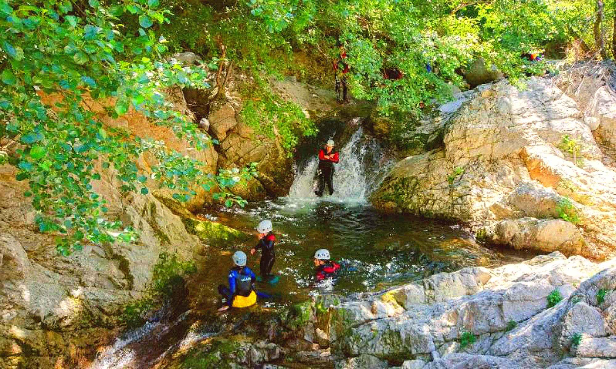 4 personnes s'amusent dans le canyon de l'Azéro en Ardèche.