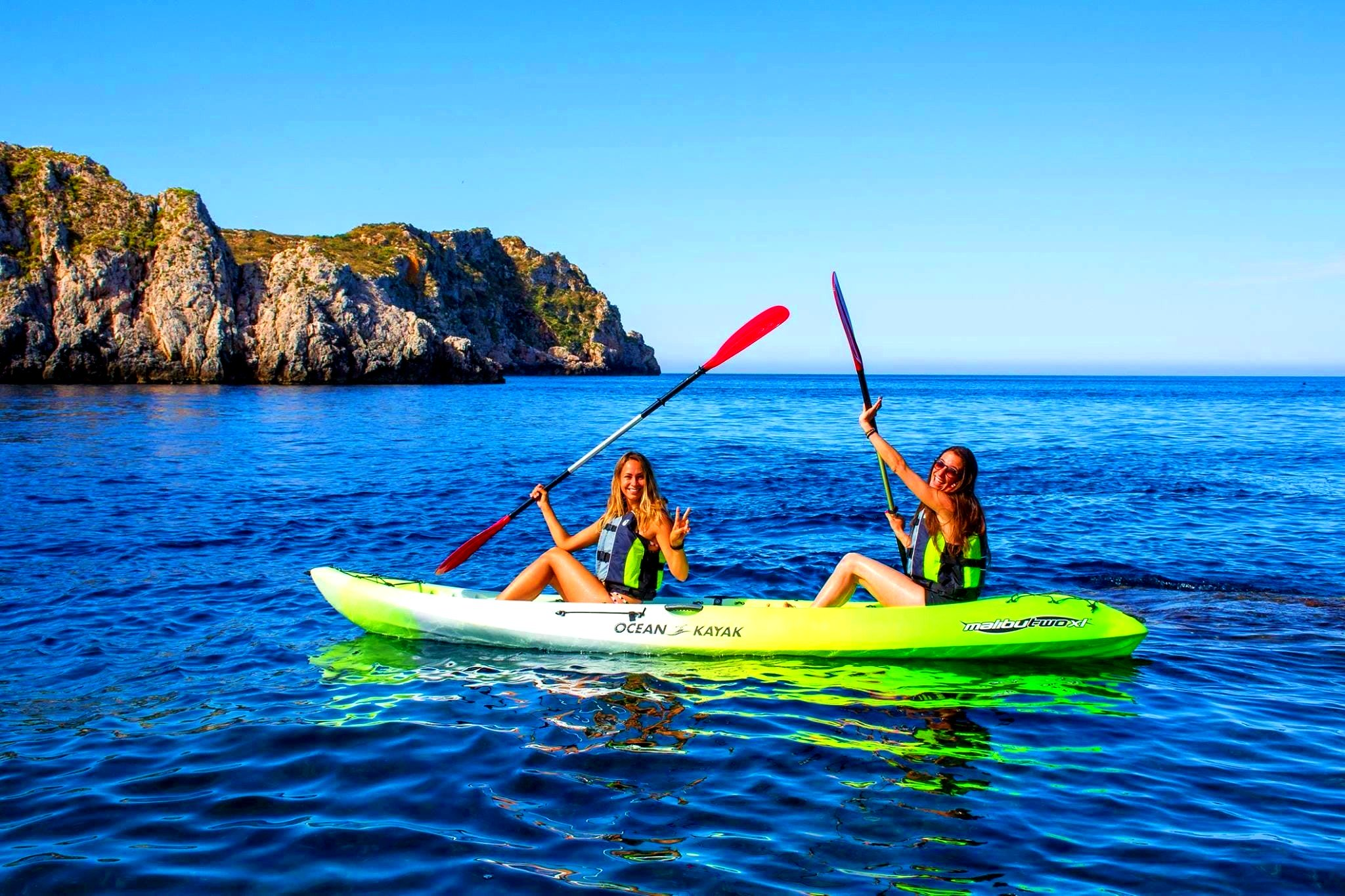 Two girls are enjoying a kayak tour in Mallorca.