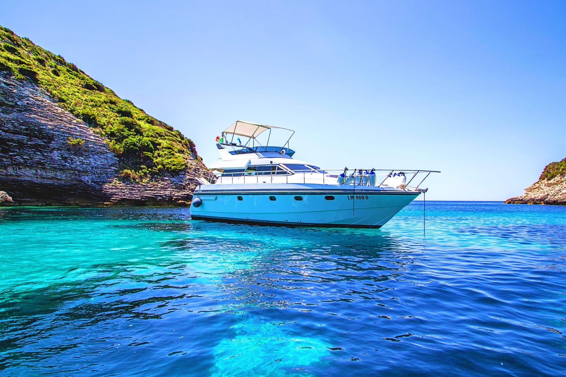 La barca Maggir Leggero si è fermata per fare ammirare il panorama dell'arcipelago di La Maddalena ai partecipanti al tour privato in barca.