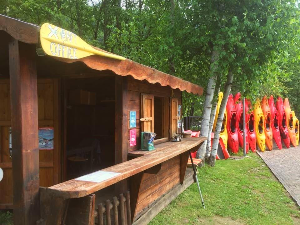 La base di x-Raft viene mostrata nella foto, tutti gli operatori di rafting in Val di Sole hanno un'ampia e spaziosa area per accogliere gli ospiti.
