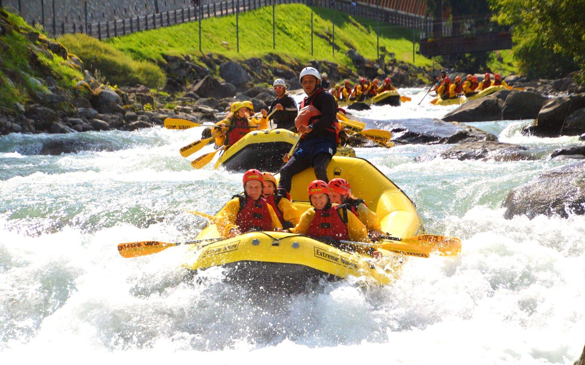 Quattro gommoni scendono il fiume Noce durante il rafting in Val di Sole.