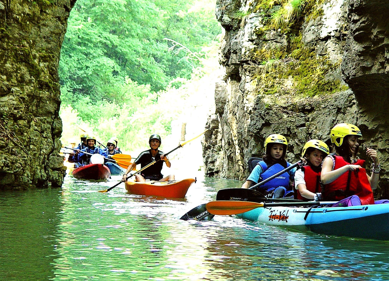 Un gruppo di kayak sta esplorando il lago di Santa Giustina.
