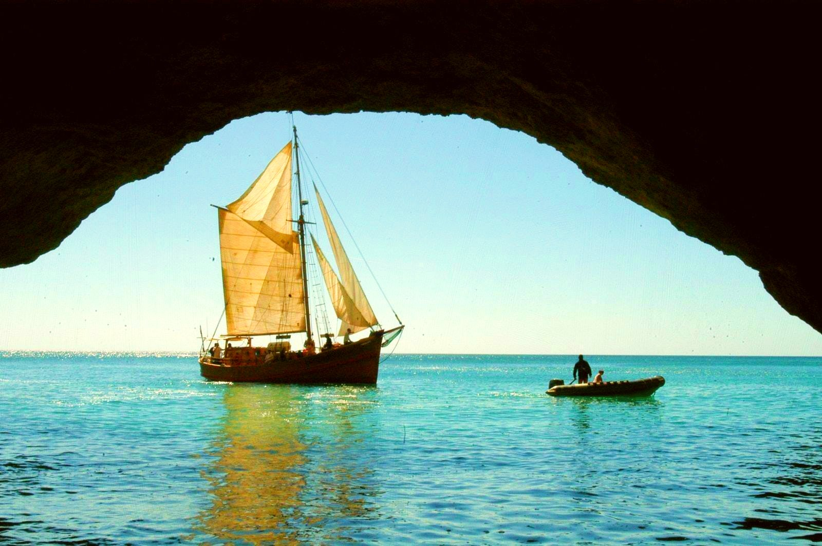 A boat that makes a boat tour in the Algarve can be admired from a cave.