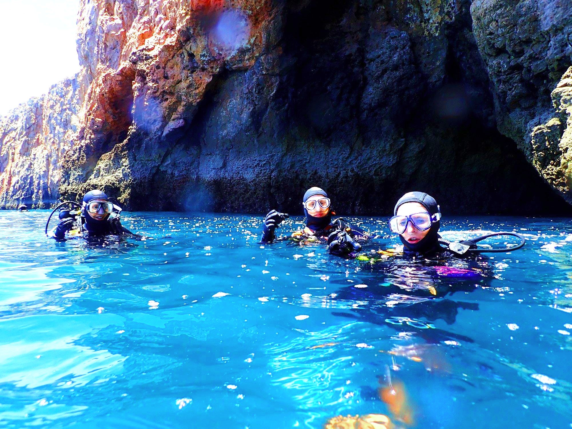 3 divers are diving in the Algarve.