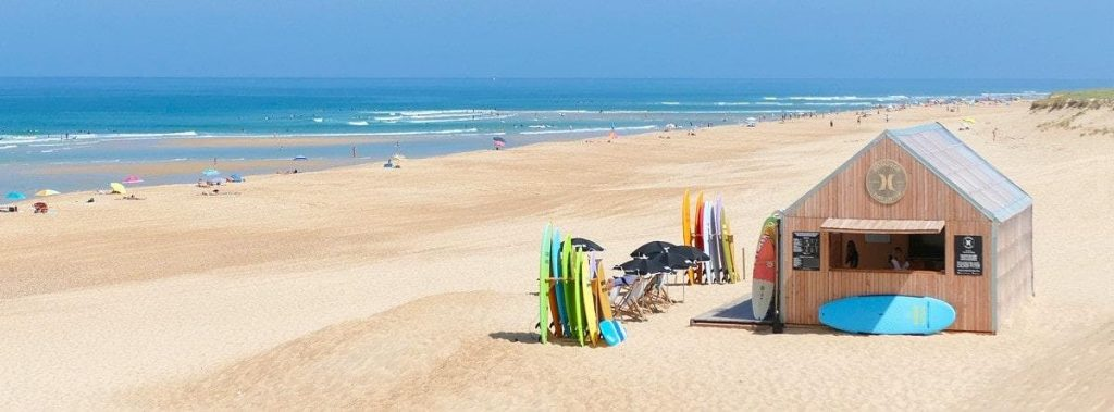 The sandy beach is long and wide, the perfect place for surfing lessons in Hossegor.