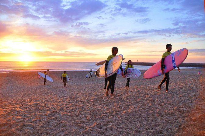 Un groupe retourne à la base de l'école de surf à Anglet après son cours de surf.