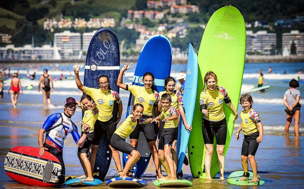 Un groupe d'enfants pose pour une photo à la fin de leur cours de surf pour débutants à Hendaye.