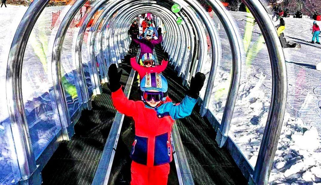 Les enfants apprennent à skier à Morzine grâce au tapis magique et au jardin d'enfants.
