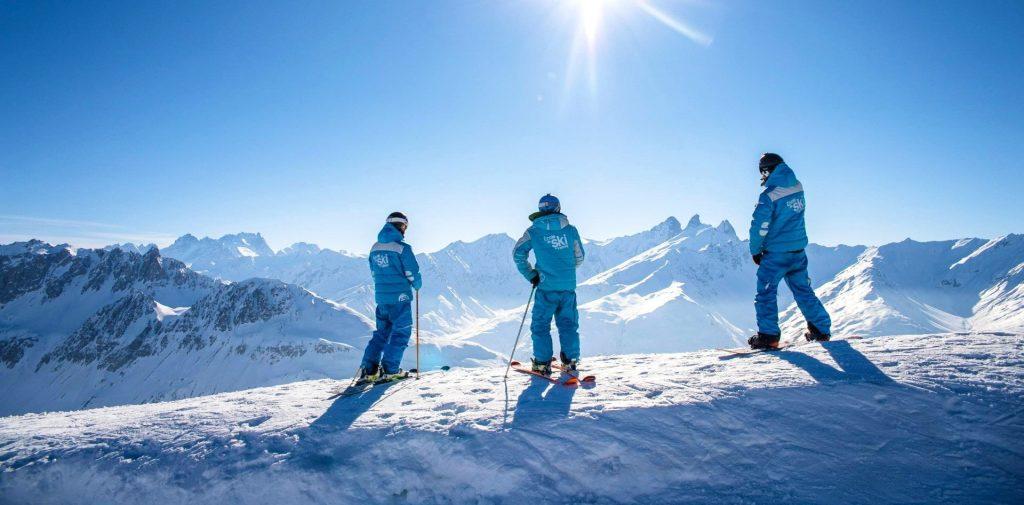 Un groupe de skieurs admire le panorama sur les pistes dans la station Les Gets.